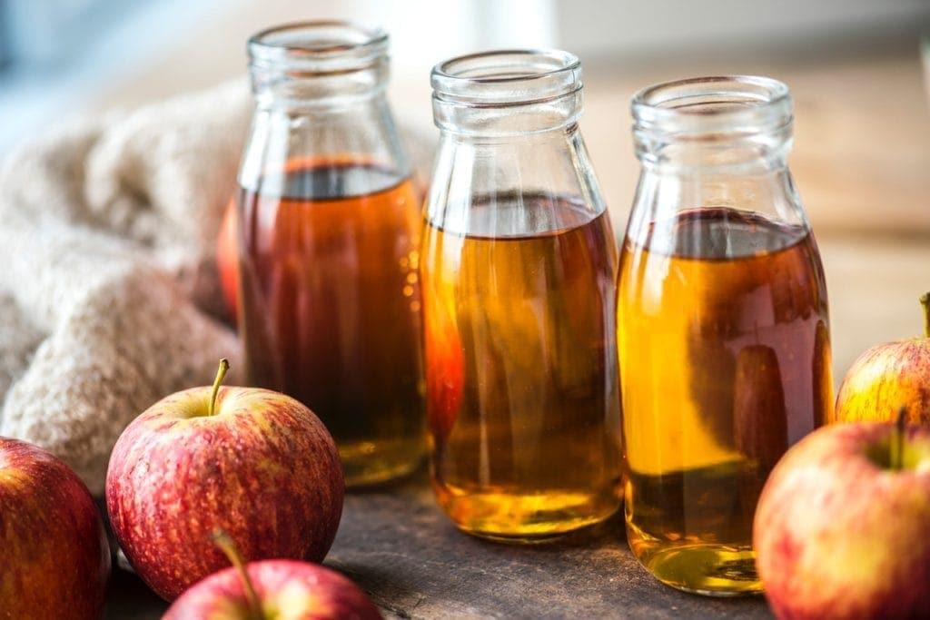 trois bouteilles de jus de pomme
