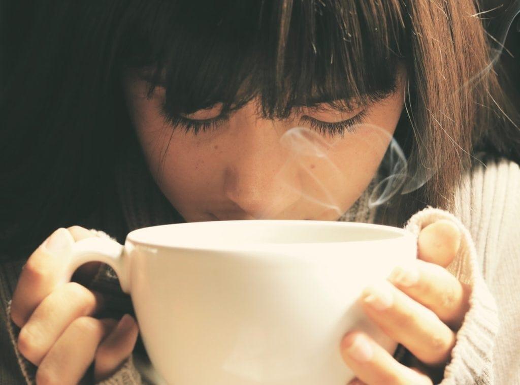 femme qui boit un grand bol de thé puerh
