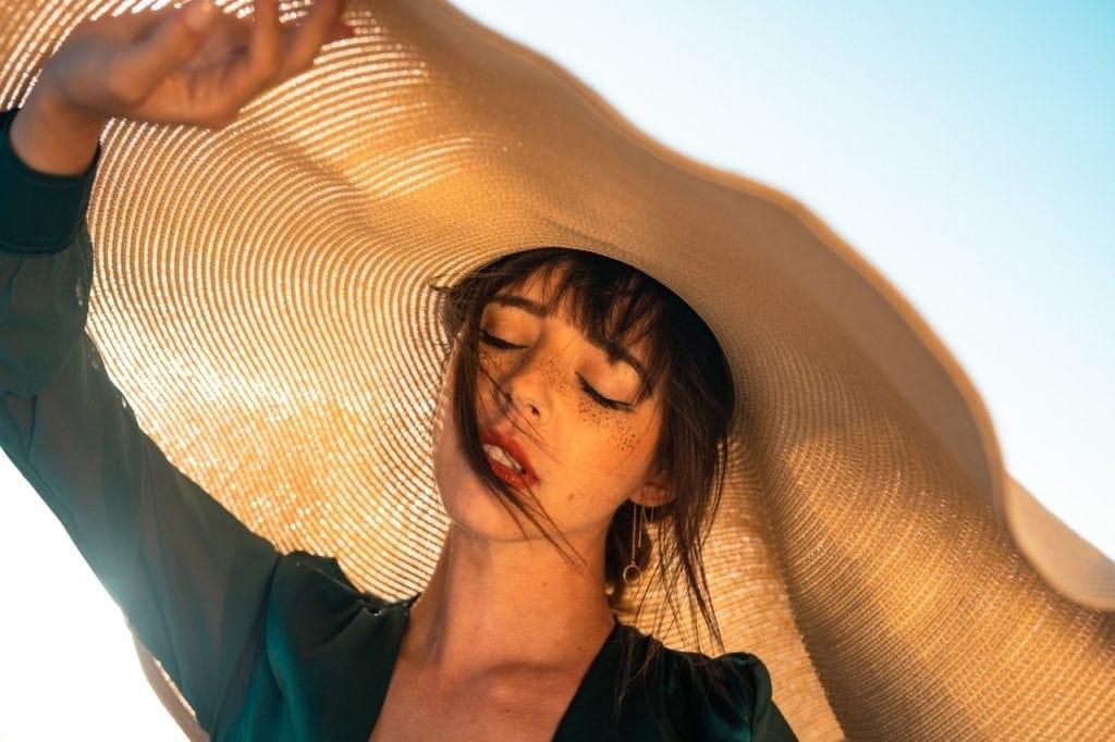 femme chapeau soleil