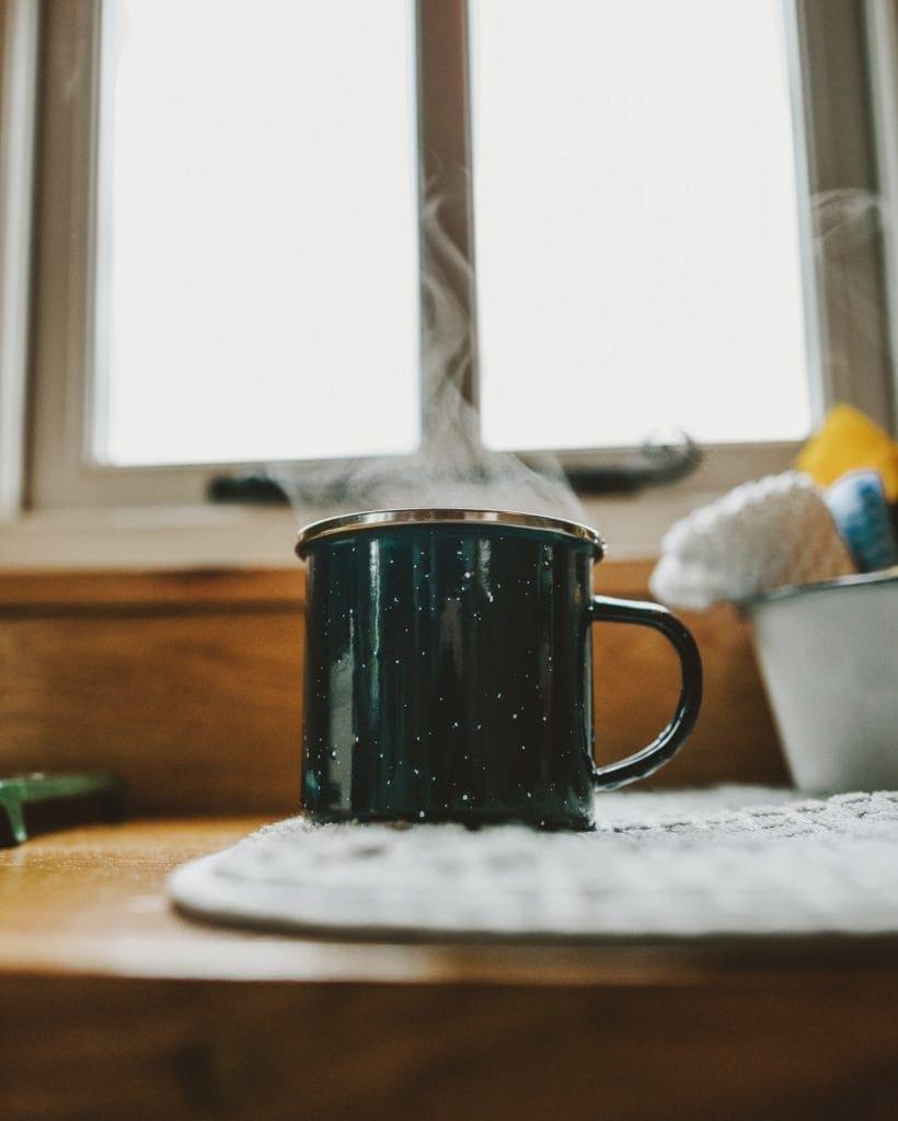 infusion de chaga dans une tasse noire
