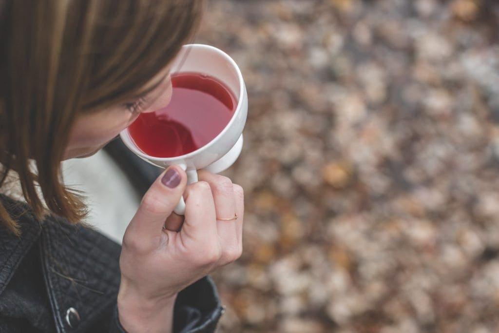 femme qui boit une tasse de thé puerh