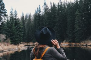 femme forêt épinette noire