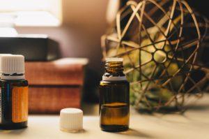 La noix tigrée et l'huile de souchet, une solution naturelle contre la repousse des poils